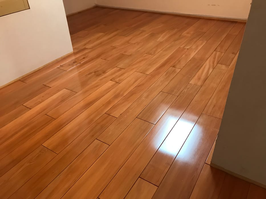 Dormitorio con Piso Ingeniería Adelek: Pisos de estilo  por Adelek, Clásico Madera Acabado en madera