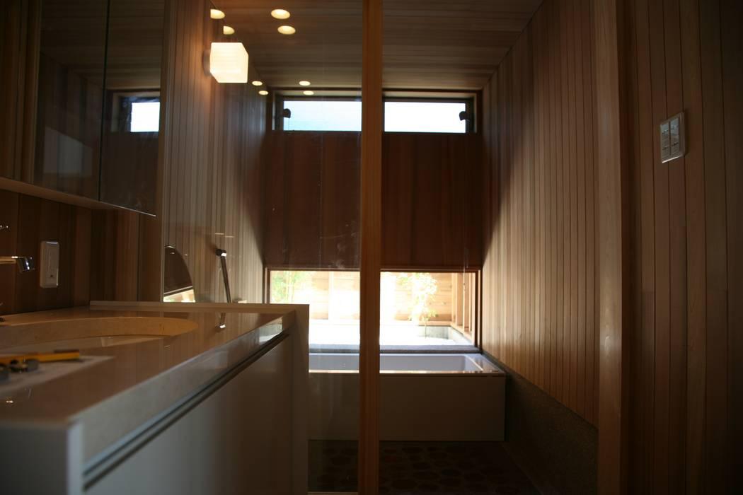 洗面室から浴室を見る 北欧スタイルの お風呂・バスルーム の 株式会社高野設計工房 北欧