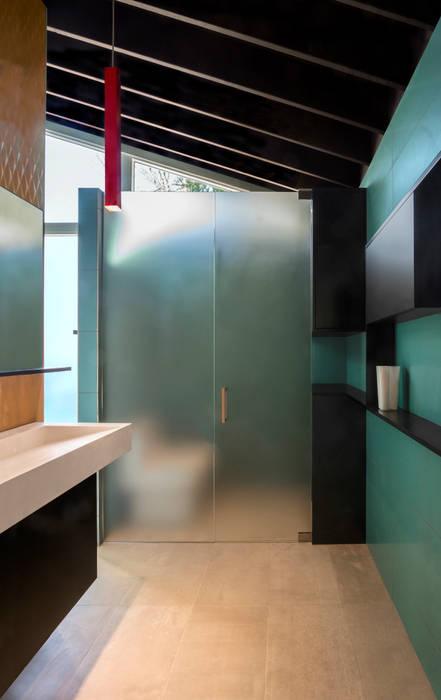 Moderne badkamers van KUBE Architecture Modern