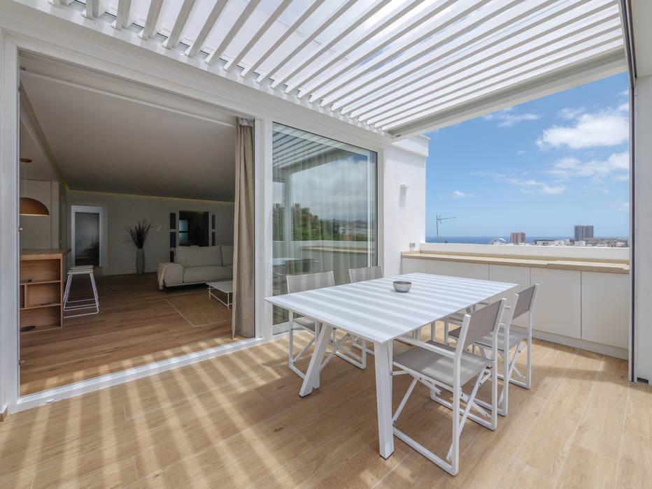 Atico mirando al Oeste Balcones y terrazas de estilo moderno de CORREA + ESTEVEZ ARQUITECTURA Moderno Aluminio/Cinc