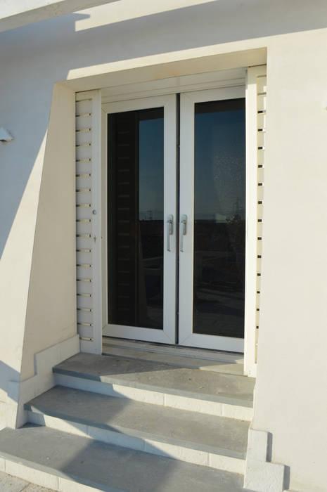 Puertas y ventanas de estilo moderno de Modoal Moderno Compuestos de madera y plástico