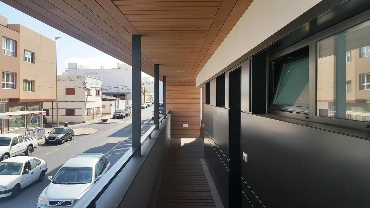 Edificio 2 Viviendas y Oficina, realizado sobre construcción existente en construcción seca, estructura Steel Framing. Casas de estilo moderno de HA2 ARQUITECTOS Moderno