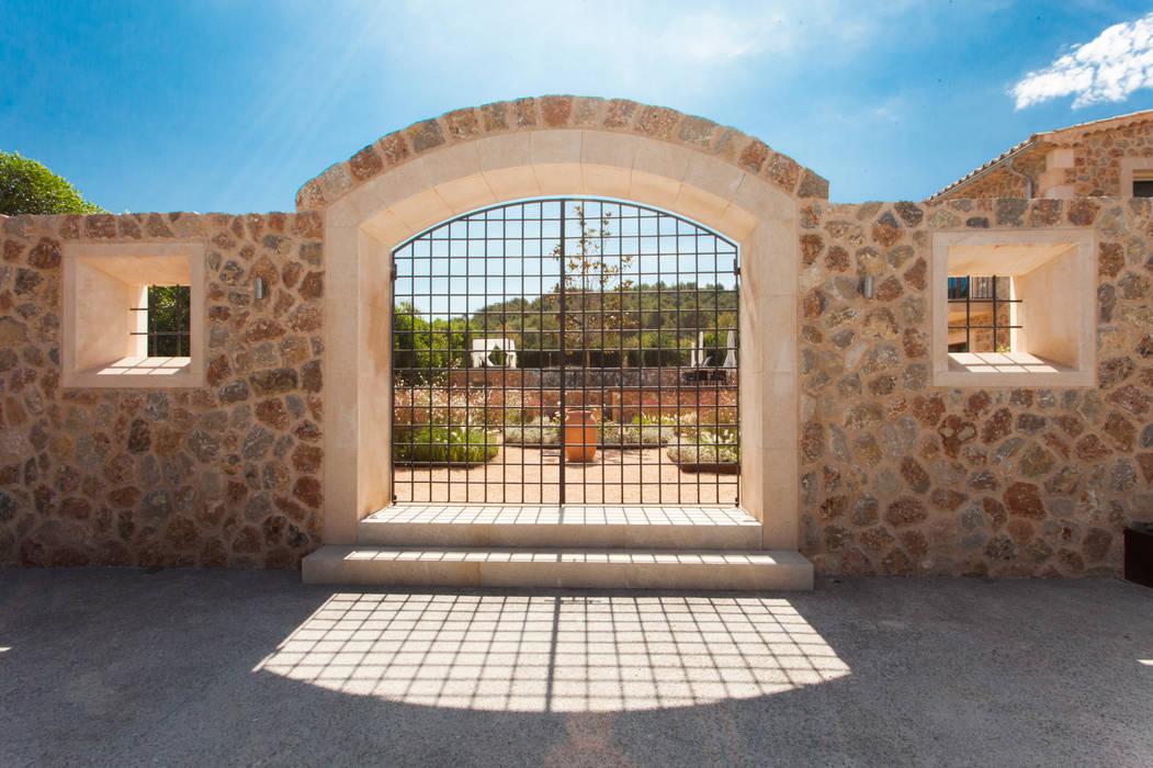 Vivienda unifamiliar aislada - Alaró Puertas de estilo mediterráneo de ESTUDI 353 ARQUITECTES SLPU Mediterráneo Piedra