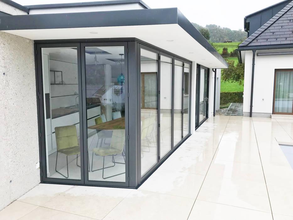 Poolhaus mit Faltwand von Sunflex SF 55 Moderne Häuser von Schmidinger Wintergärten, Fenster & Verglasungen Modern Aluminium/Zink
