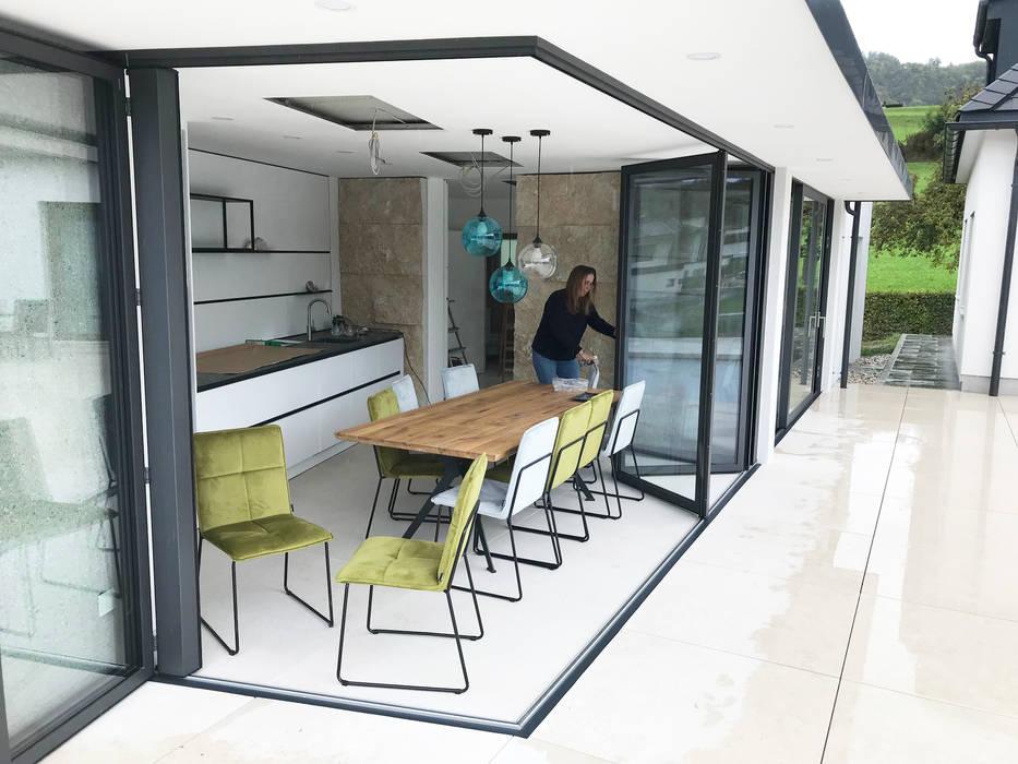 Poolhaus mit Faltwand Sunflex SF 55 Moderne Häuser von Schmidinger Wintergärten, Fenster & Verglasungen Modern Aluminium/Zink