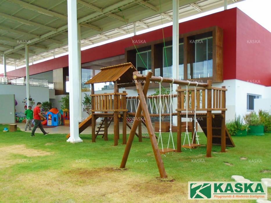 Casa do Tarzan em Escola Escolas rústicas por Kaska Playgrounds Rústico Madeira Efeito de madeira