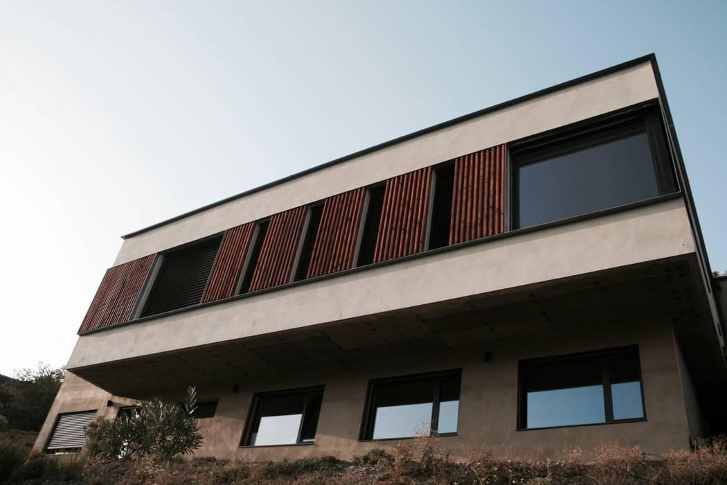 por IND Architecture Minimalista Madeira maciça Multicolor