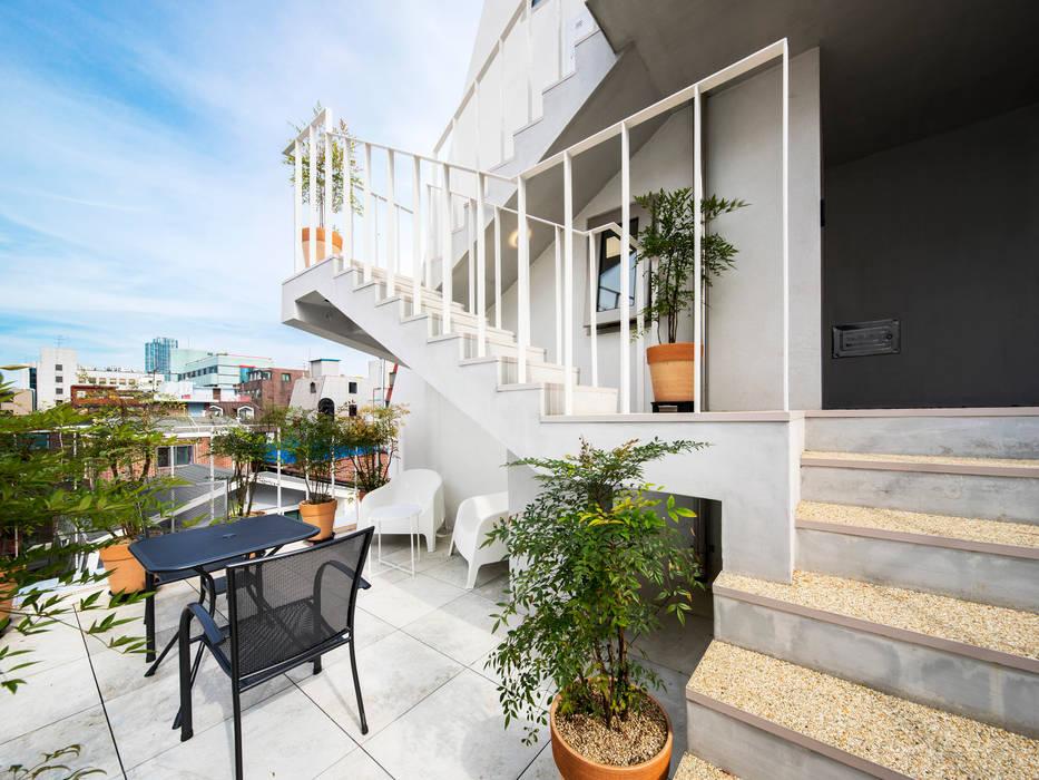 Modern style balcony, porch & terrace by 수상건축 Modern Concrete