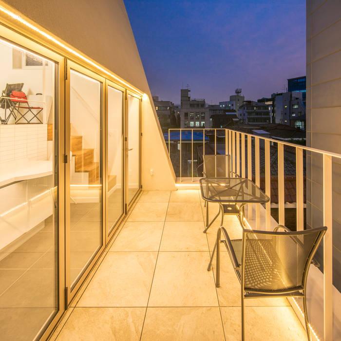 Balcones y terrazas de estilo moderno de 수상건축 Moderno Concreto