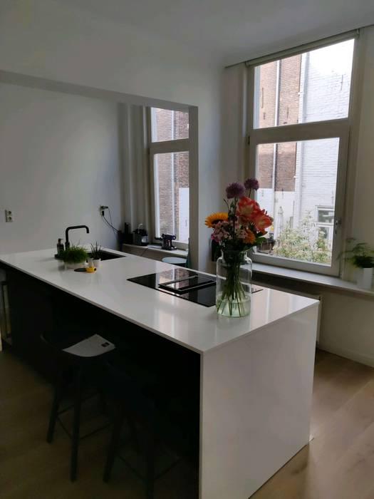 Greeploze keuken in zwart/wit kleurencombinatie STOX Vloeren & Keukens Moderne keukens