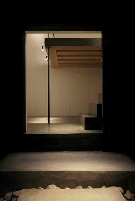Modern style doors by キューボデザイン建築計画設計事務所 Modern