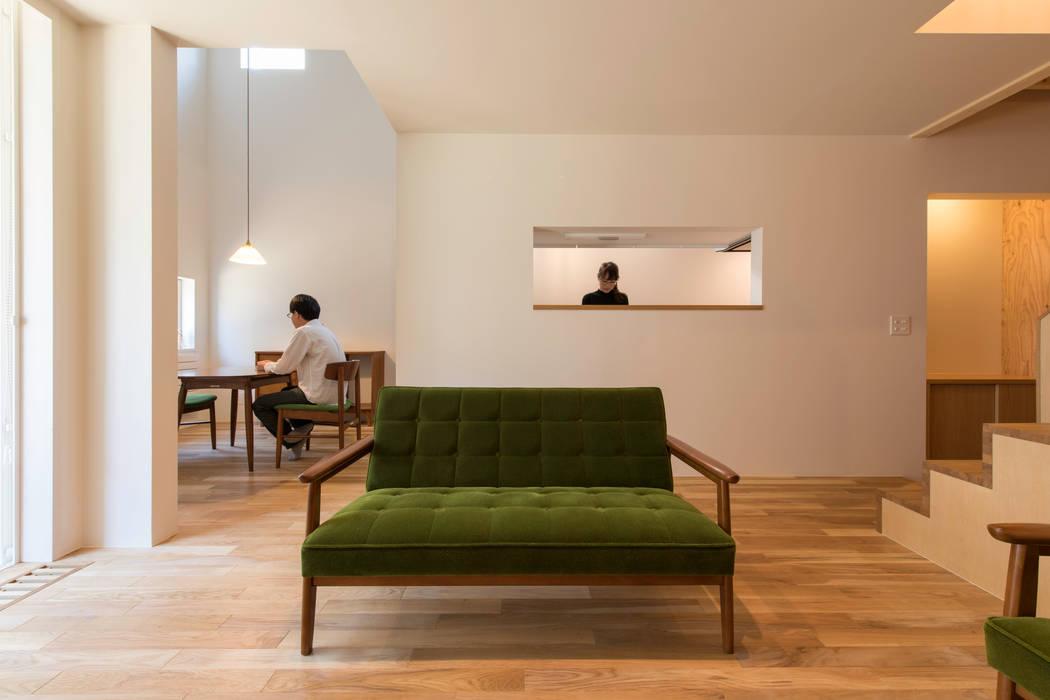 北の家 モダンデザインの リビング の アトリエモノゴト 一級建築士事務所 モダン 無垢材 多色