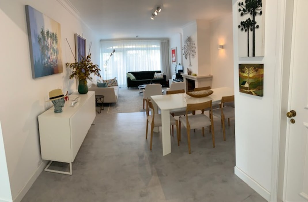 sala de Estar moderna, com piso cimentício Salas de jantar modernas por NEUSA MORO Moderno