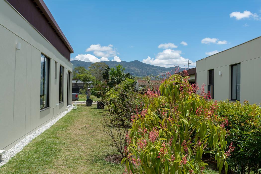 Diseño Bosque Nativo Cliente Llanogrande - Antioquia Jardines de estilo rural de TERRA Prados y jardines Rural