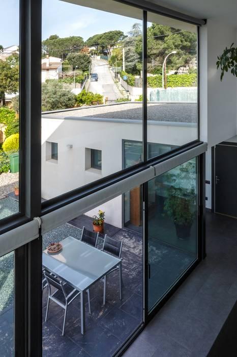 Ventanal impresionante desde el interior. Puertas y ventanas de estilo moderno de Esteve Arquitectes Moderno Aluminio/Cinc