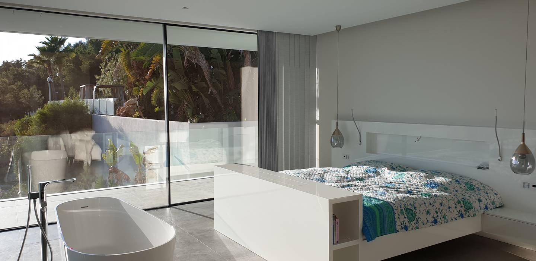 Dormitorio principal con vista al mar Dormitorios de estilo mediterráneo de GARLIC arquitectos Mediterráneo