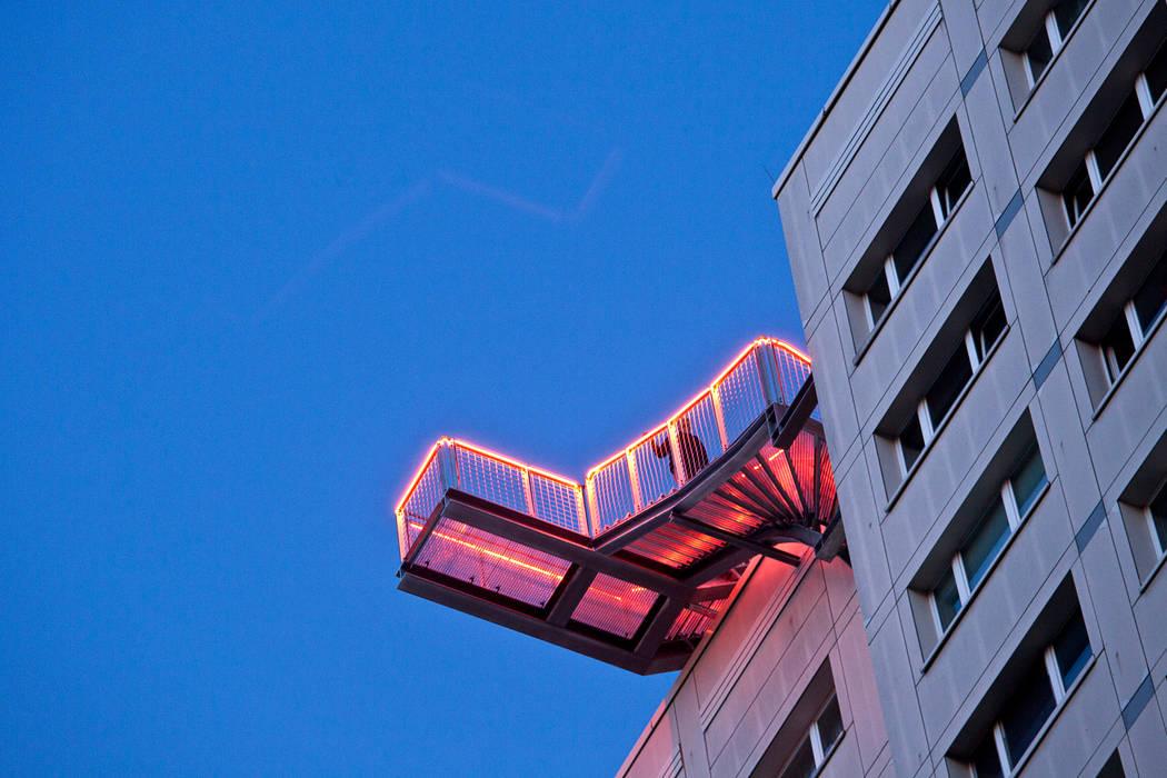 Skywalk von unten mit Beleuchtung Industriale Veranstaltungsorte von Müllers Büro Industrial