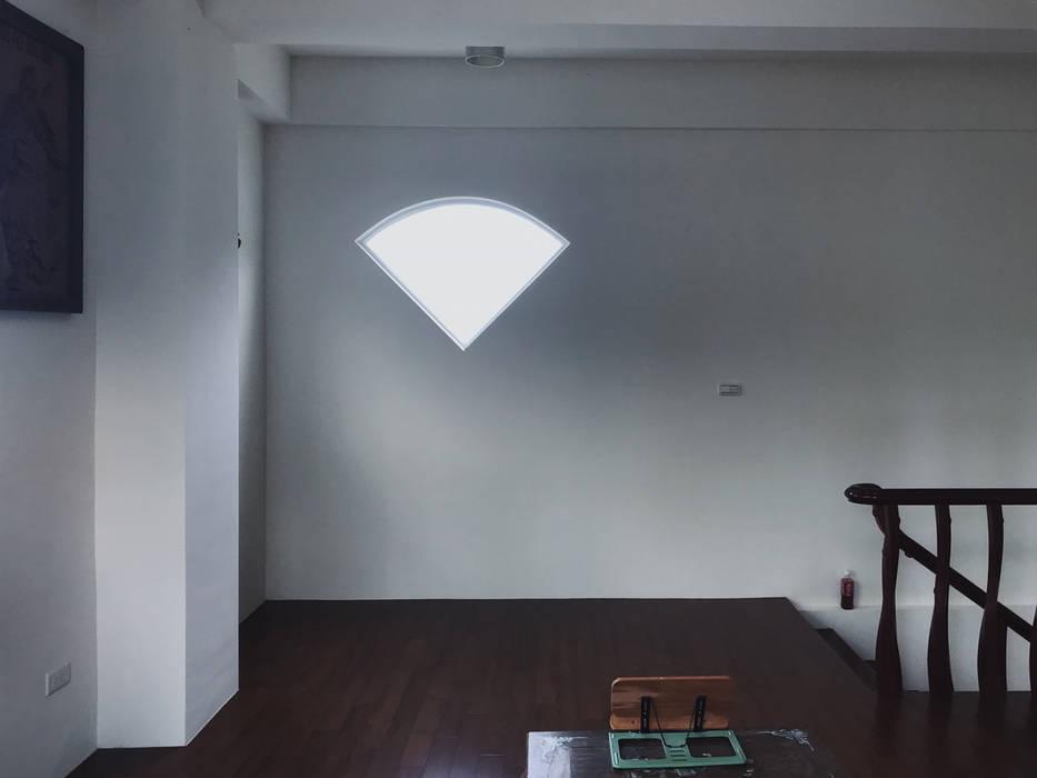 Paredes y suelos de estilo moderno de 趙奕翔建築師事務所 Moderno Hormigón