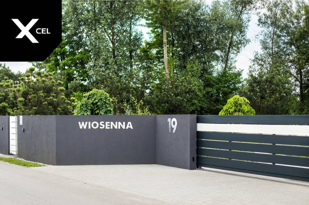 Nowoczesna brama przesuwna i wycięty laserowo adres od Xcel Nowoczesny
