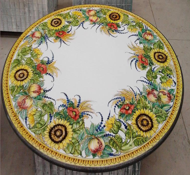 Tavoli Tondi in Lava smaltata e decorata Giardino in stile mediterraneo di Consorzio Ceramiche DESUIR Mediterraneo Pietra