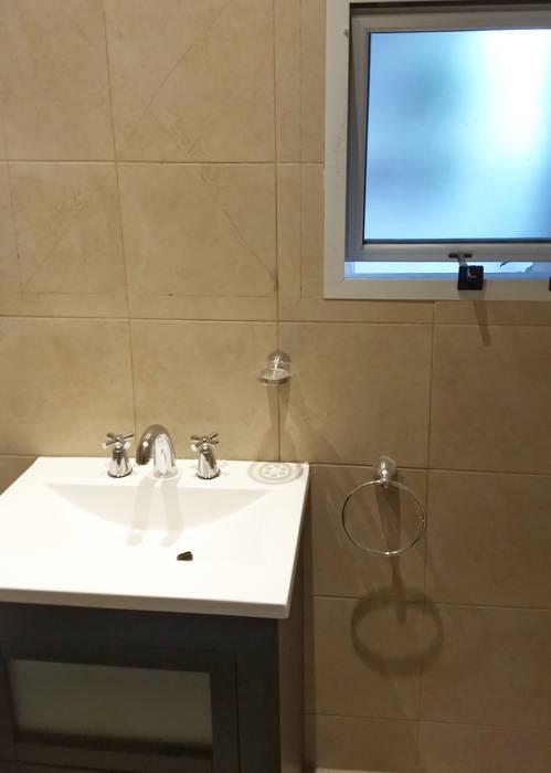 Refacción | Bacha y ventana Baños modernos de REZ Arquitectura | Diseño | Construcción Moderno Cerámico