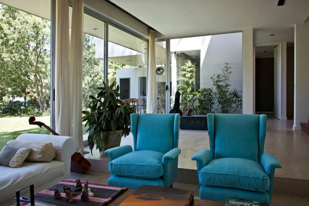 Salle à manger moderne par atlantico estudio de arquitectura y construccion Moderne Béton