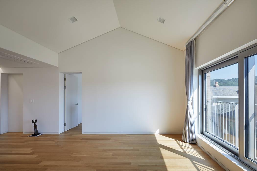 Salones de estilo moderno de 서가 건축사사무소 Moderno Madera Acabado en madera