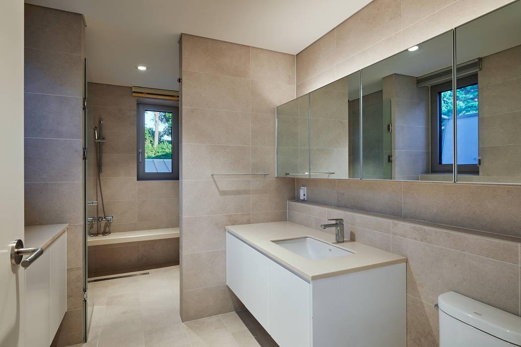 평창동 주택 모던스타일 욕실 by 서가 건축사사무소 모던 타일