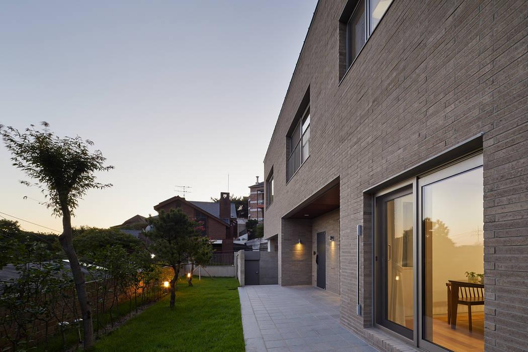 Modern houses by 서가 건축사사무소 Modern Bricks