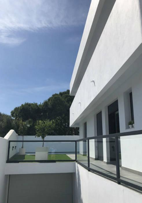 vivienda unifamiliar pareada Garajes de estilo moderno de artechhomes Moderno