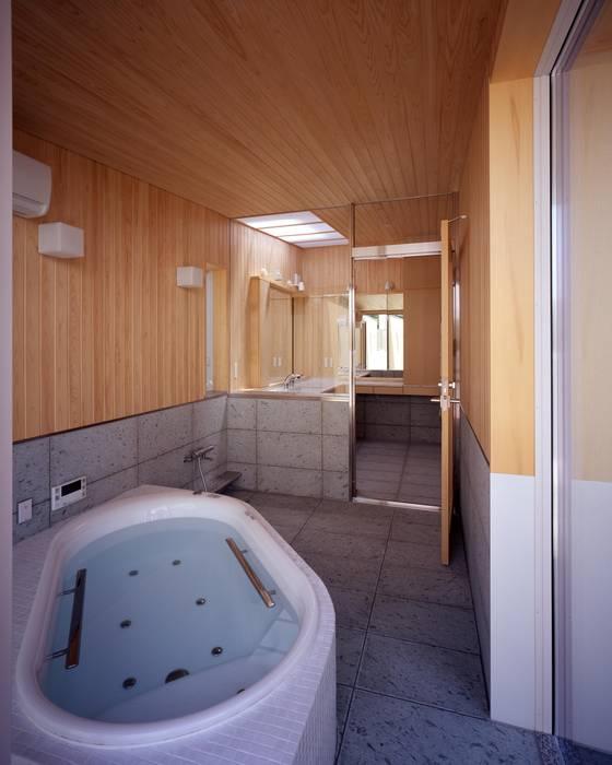 十和田石とヒノキ板張りの浴室 モダンスタイルの お風呂 の イクスデザイン / iks design モダン 石