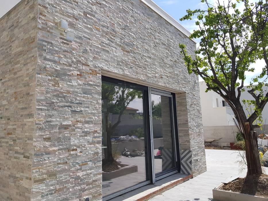 Vivienda unifamiliar aislada Puertas y ventanas de estilo moderno de BERTA PRESAS JAVALOYES Moderno