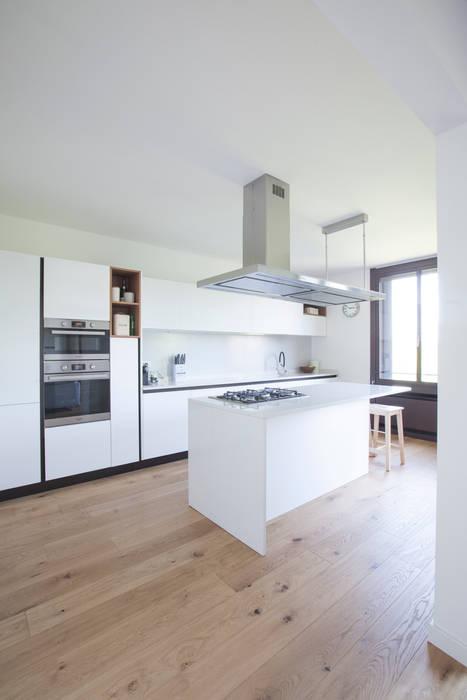 Nhà bếp phong cách hiện đại bởi GruppoTre Architetti Hiện đại