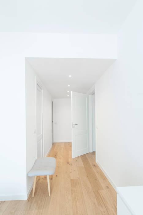 Pasillos, vestíbulos y escaleras modernos de GruppoTre Architetti Moderno