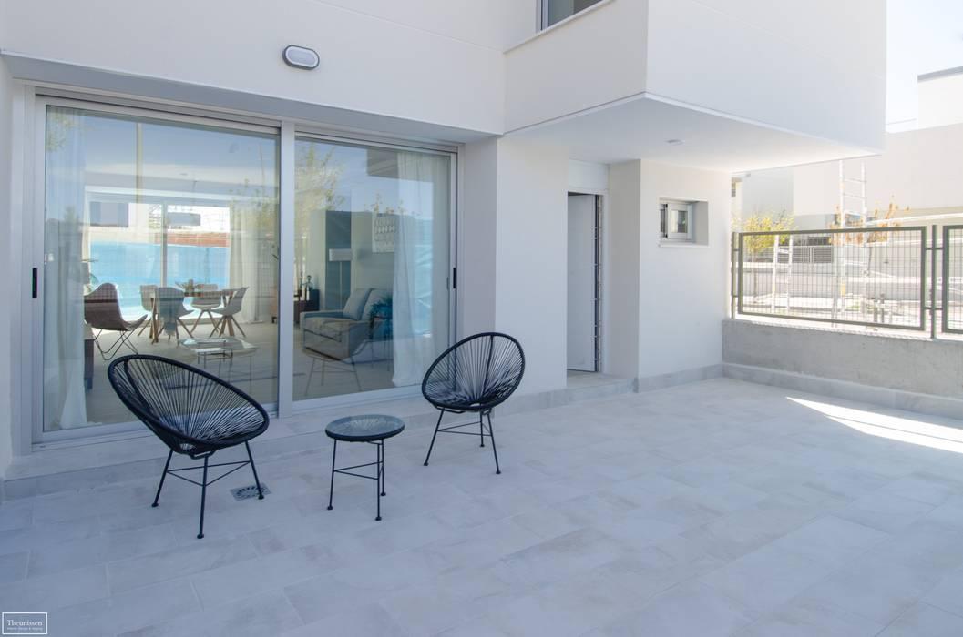 Home staging terraza Balcones y terrazas de estilo moderno de Theunissen Staging y Decoración SL Moderno