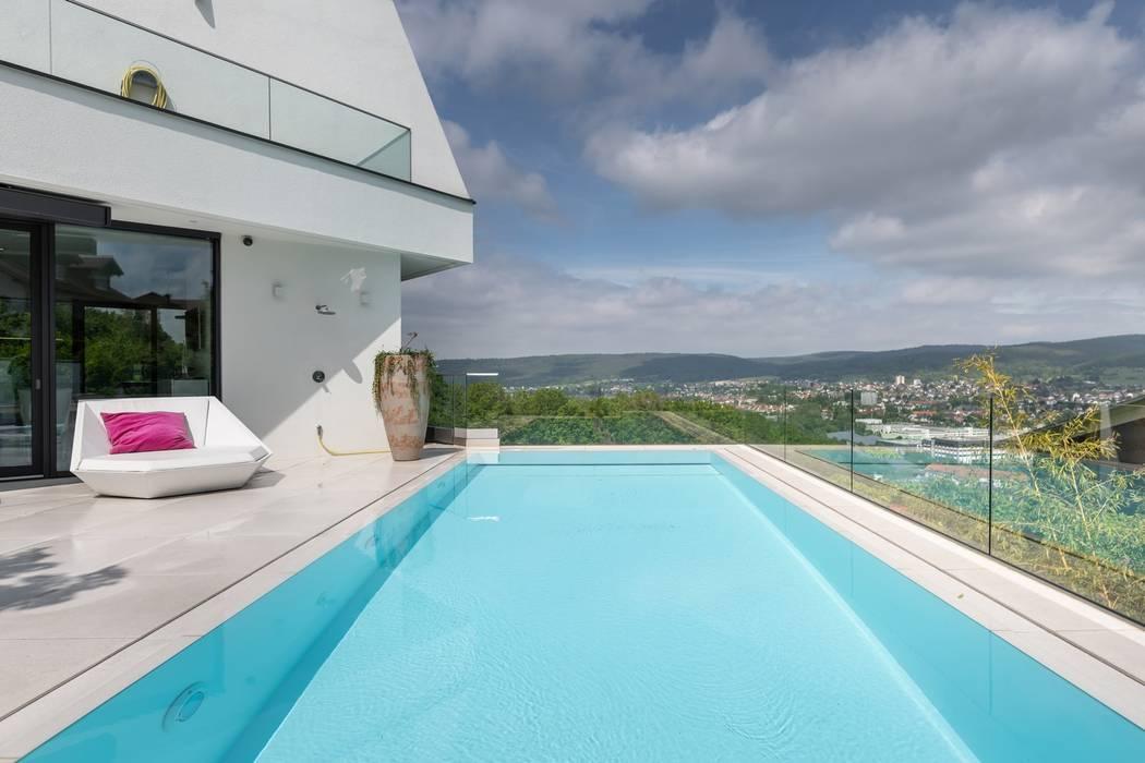Terrasse mit Pool und Blick ins Tal Moderne Pools von Avantecture GmbH Modern
