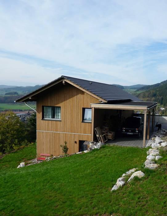 Ferienhaus mit Holzfassade und Carport von Wiese und Heckmann GmbH Landhaus Holz Holznachbildung