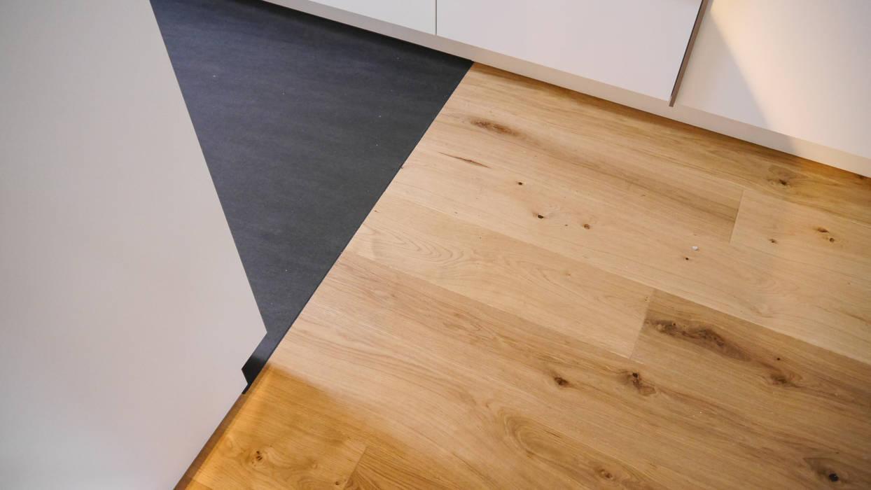 Übergang von Quarzstein- zu Eichenfußboden von Hammer & Margrander Interior GmbH Modern