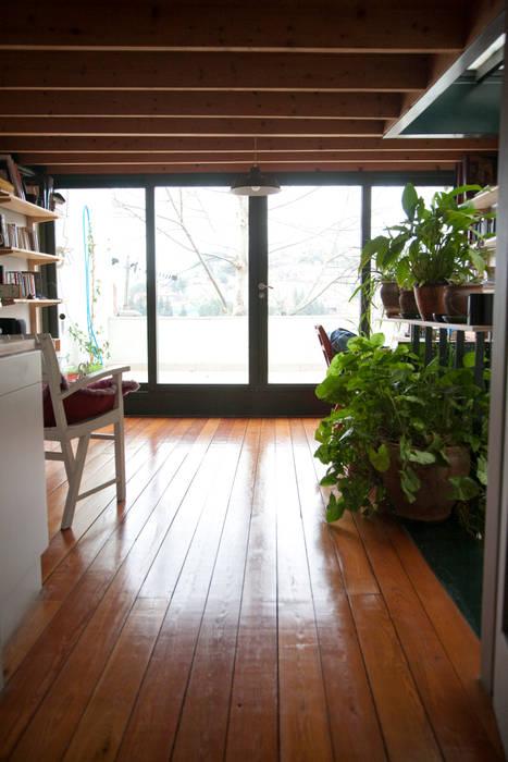 Balkon, Beranda & Teras Modern Oleh TÜLAY ATABEY MİMARLIK İŞLERİ Modern