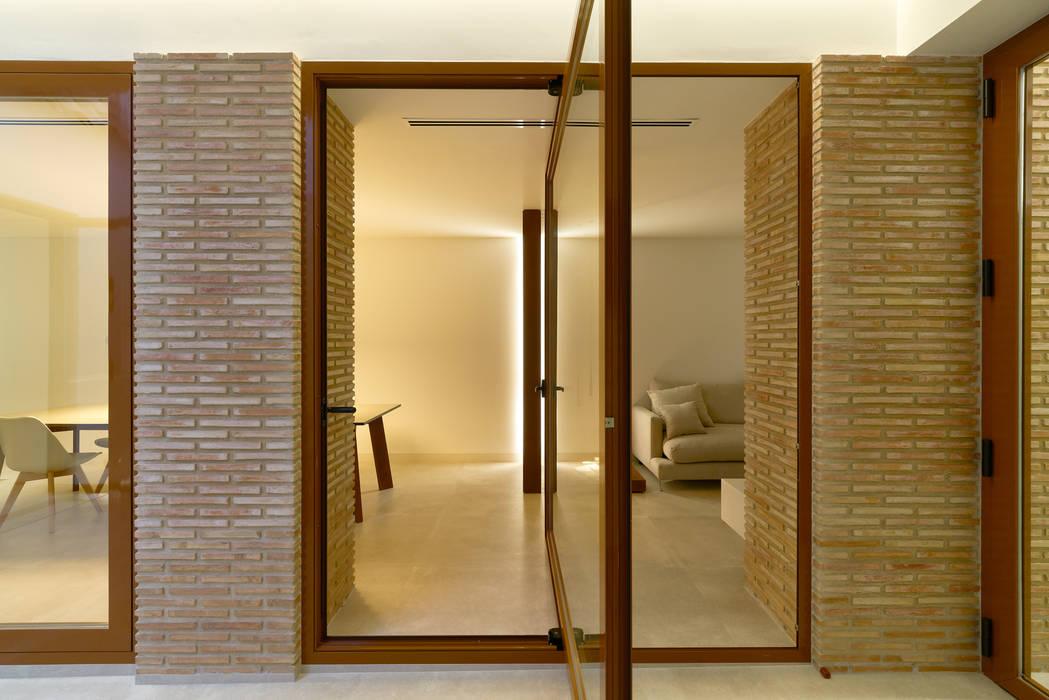 VIVIENDA PM Puertas y ventanas de estilo moderno de SMB ARQUITECTURA Moderno