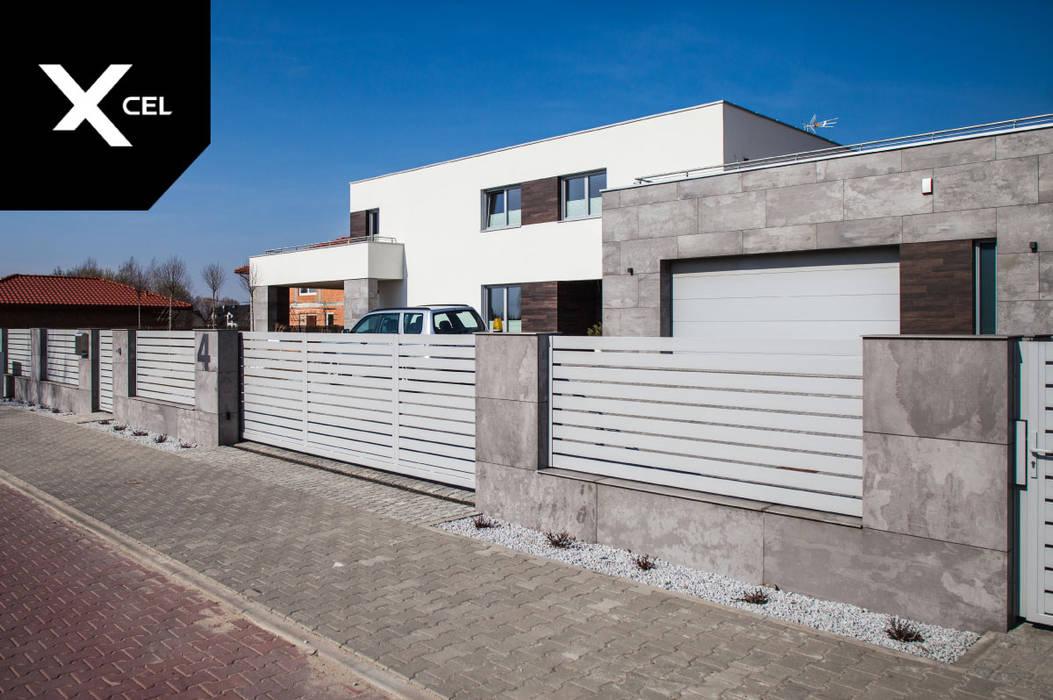 Jasne ogrodzenie aluminiowe idealnie dopasowane do elewacji budynku od Xcel Nowoczesny