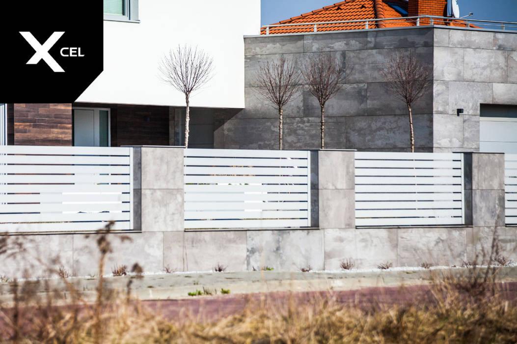 Jasne ogrodzenie aluminiowe idealnie dopasowane do elewacji budynku XCEL Fence Podwórko