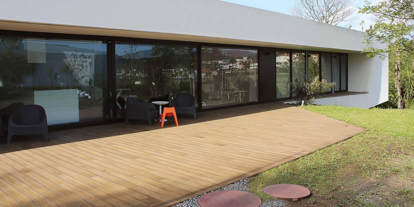 Modern Houses by OBRA ATELIER - Arquitetura & Interiores Modern
