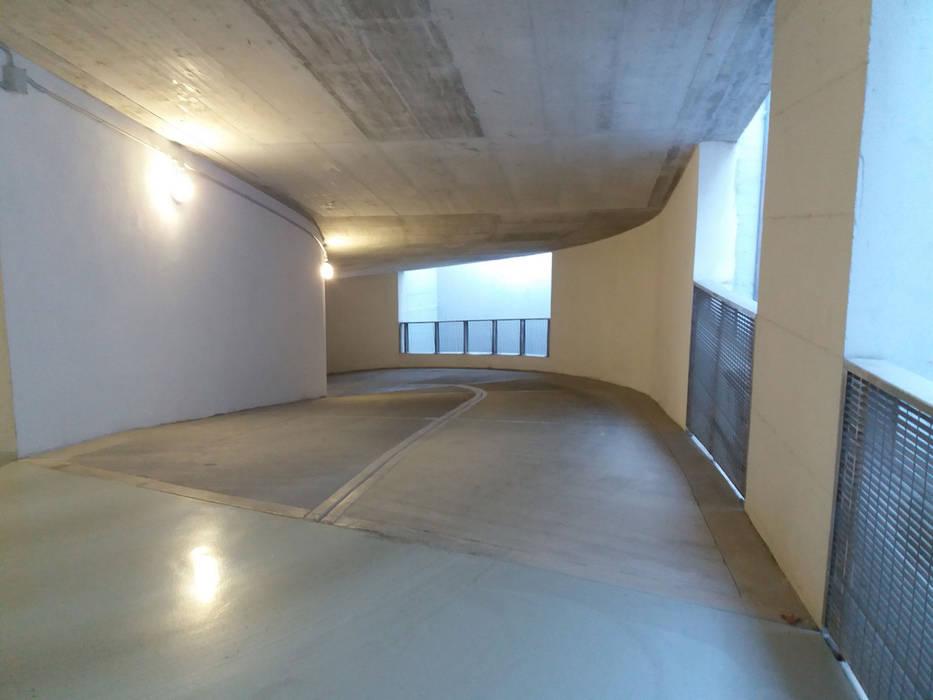 Box Auto via Domenico Fontana Garage/Rimessa in stile moderno di Criscuolo Costruzioni Srl Moderno
