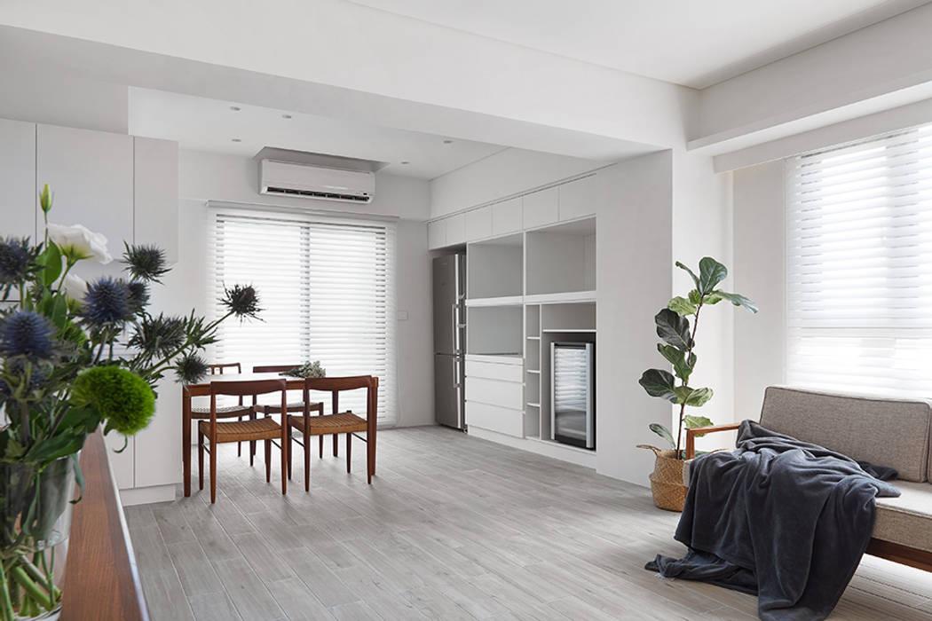 Salle à manger minimaliste par 夏禾創作有限公司 Minimaliste Contreplaqué