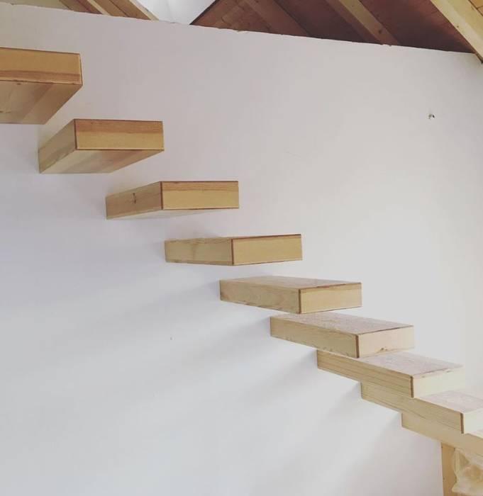 Urbanlift Lda - Engenharia e Reabilitação de Edifícios Corridor, hallway & stairsStairs Wood Amber/Gold
