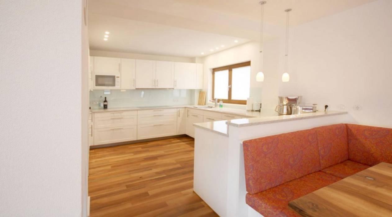 Sitzbereich mit Küche von raumdeuter GbR Modern Holz Holznachbildung