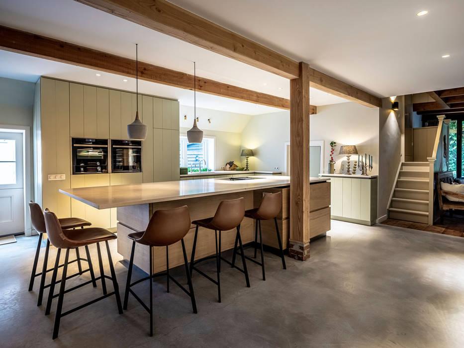 Woonkeuken Vreeland ÈMCÉ interior architecture Moderne eetkamers Hout Groen