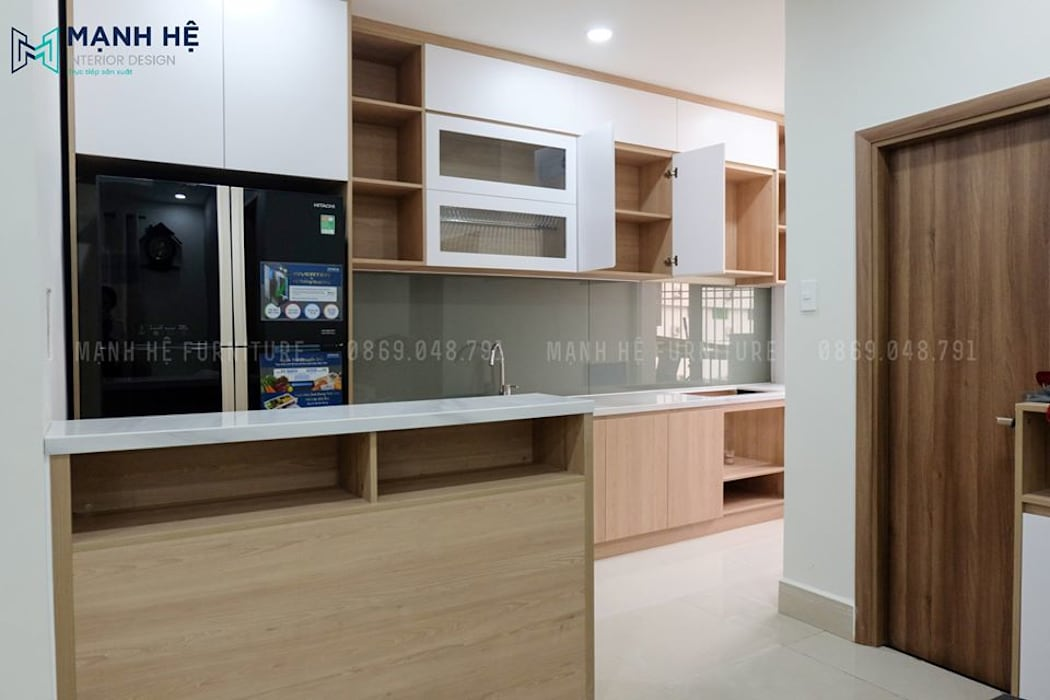 Thiết kế hệ tủ bếp gỗ melamine đụng trần tối đa công năng sử dụng bởi Công ty TNHH Nội Thất Mạnh Hệ Hiện đại