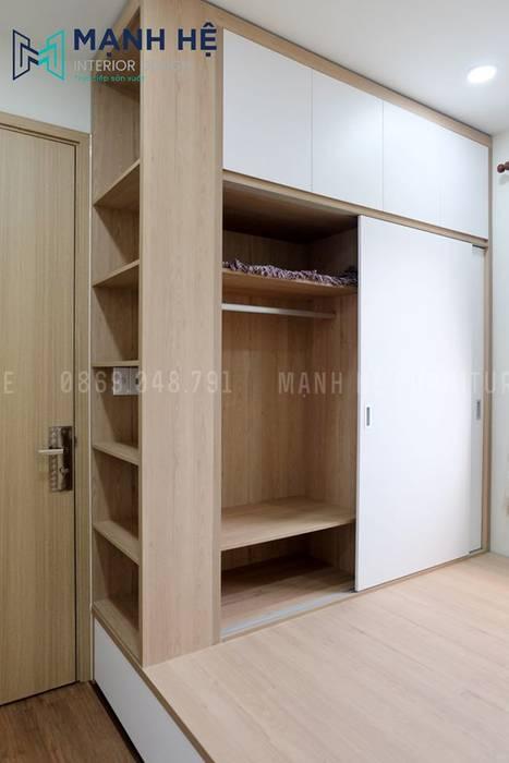 Tủ quần áo gỗ công nghiệp cửa lùa tích hợp kệ trang trí và hộc tủ sát trần bởi Công ty TNHH Nội Thất Mạnh Hệ Hiện đại